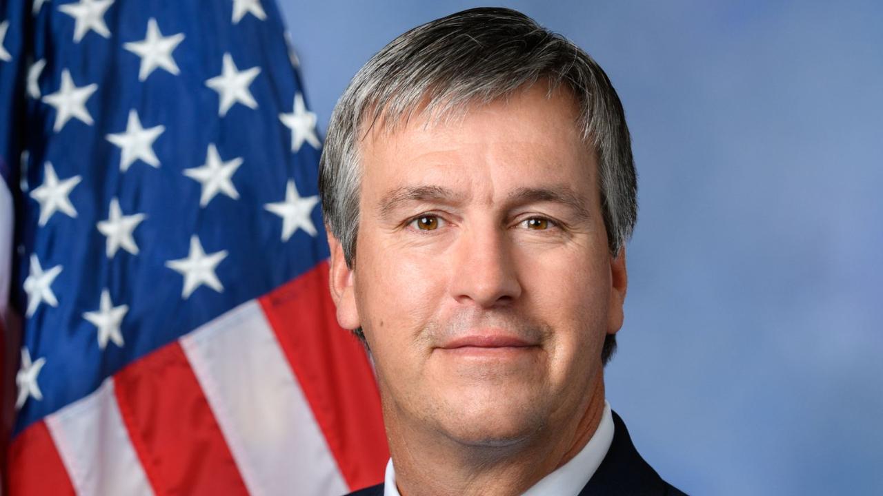 عضو الكونجرس الأمريكي يعلن عن استثمارات في Dogecoin و Ether و Cardano
