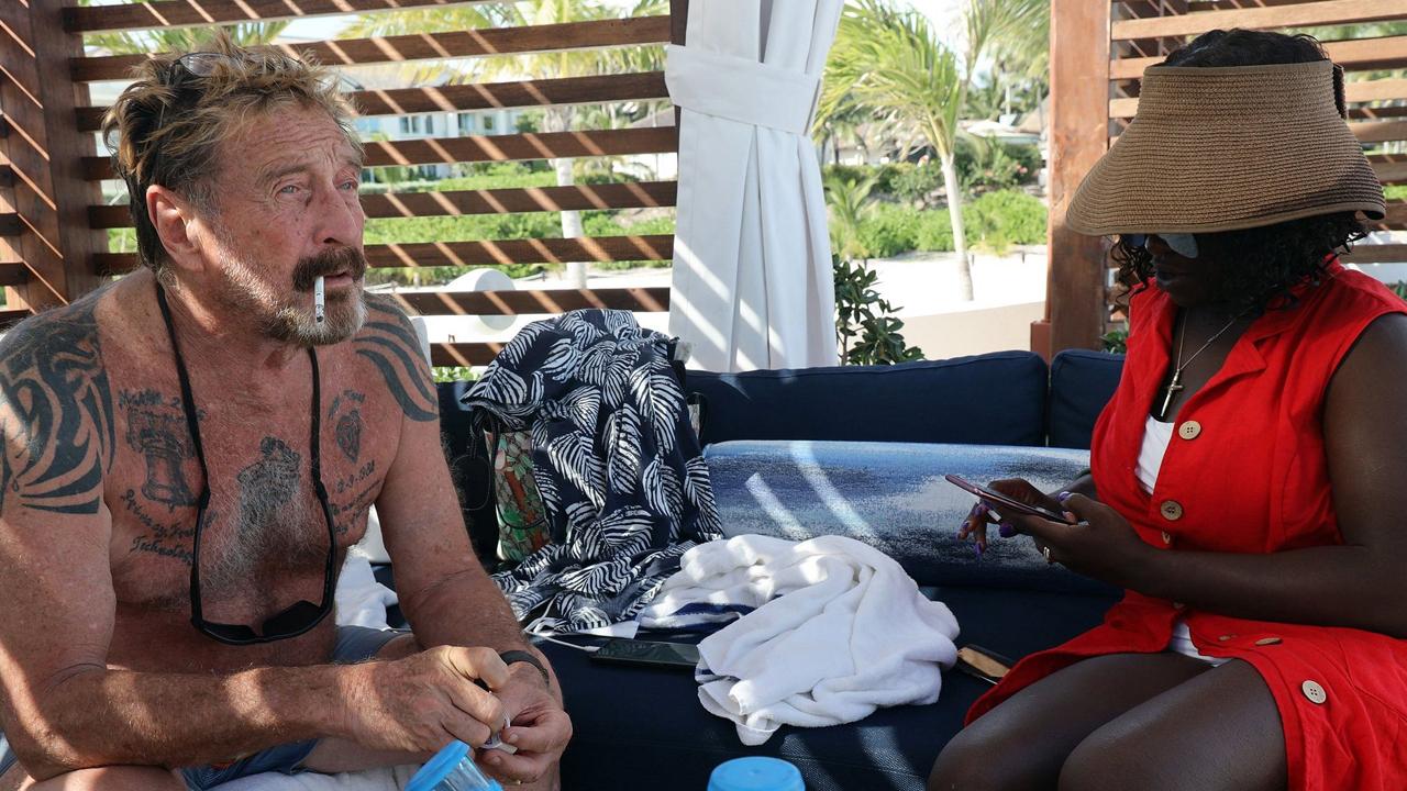 Od 100 milionów dolarów do zera — biograf twierdzi, że John McAfee został złamany, gdy zmarł