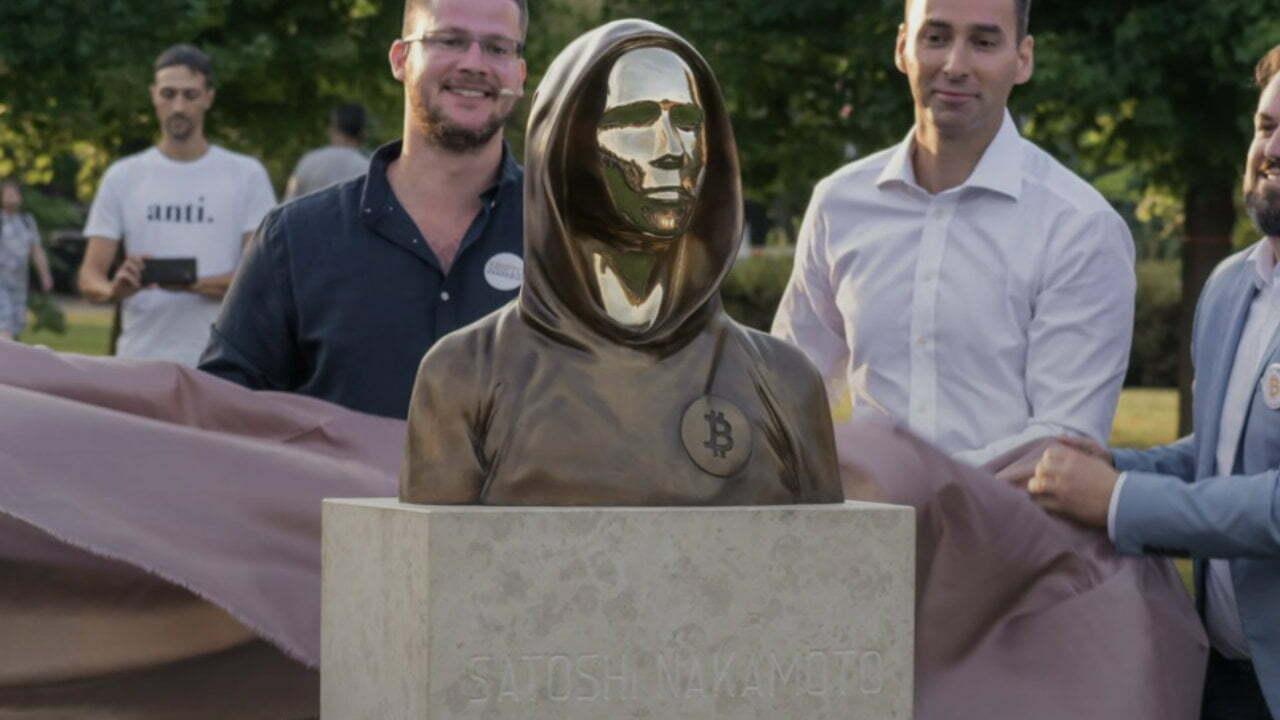 Wszyscy jesteśmy Satoshi: Statua twórcy Bitcoin Satoshi Nakamoto zaprezentowana na Węgrzech
